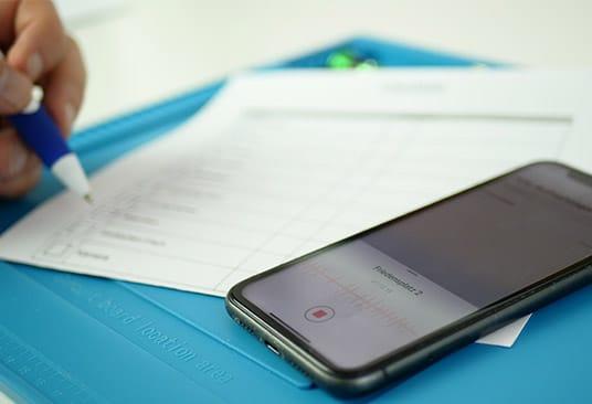 eingangskontrolle-eines-smartphones-mit-wasserschaden.jpg